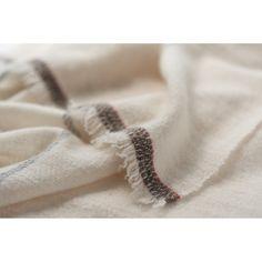 白いカシミヤのストール。  経は紡績の単糸、緯は手紡ぎ糸を使って杉綾で織りました。  A white cashmere scarf.  #handwoven #scarf #herringboneweave #cashmereyarn #handspinning #tsubamekobo #つばめ工房