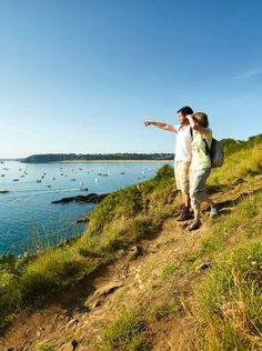 La randonnée pédestre. 19 km de sentiers côtiers vous sont accessibles, vous offrant des vues inattendues et des panoramas époustouflants.  Saint-Cast le Guildo est une étape pour les randonneurs qui parcourent le GR34, entre les presqu'îles de Saint-Jacut de la Mer et Fréhel. ©A.Lamoureux