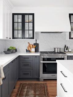 Kitchen renovation An urban artistic kitchen with contrasting elements Kitchen Interior, New Kitchen, Kitchen Ideas, Kitchen Images, Design Kitchen, Two Toned Kitchen, 10x10 Kitchen, Urban Kitchen, Kitchen Pulls