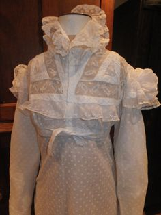 Circa 1815 muslin gown with lace inserts to bodice, ruff at neck, and puff cap sleeves. This gown has buttons for nursing a baby. Antique Clothing, Historical Clothing, Vintage Outfits, Vintage Fashion, Frock Fashion, Regency Dress, 19th Century Fashion, Nightgowns For Women, Period Outfit