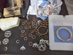 Podoabe de ieri, de azi, de mâine: IERI. Bijuterii medievale, recontituite prin utilizarea materialelor şi tehnicilor specifice perioadei - atelier 1 Laptop, Jewelry, Atelier, Jewlery, Jewerly, Schmuck, Jewels, Jewelery, Laptops