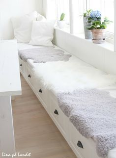 sheepskin on kitchen bench Banquettes, Kitchen Benches, Kitchen Decor, Living Room Colors, Living Room Designs, Built In Sofa, Townhouse Interior, Compact Living, House Made