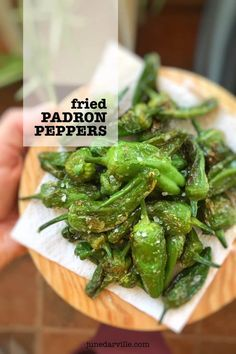 Theres no tapas dinner without a plateful of charred pimientos de Padron. These fried padron peppers are so easy to prepare! Have you tasted them before? Easy Appetizer Recipes, Vegetarian Recipes Easy, Veggie Recipes, New Recipes, Cooking Recipes, Dinner Recipes, Appetizers, Dinner Ideas, Healthy Recipes