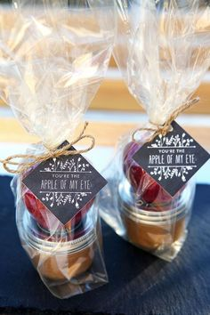 Caramel Apple Dippers Wedding Favors / http://www.himisspuff.com/apples-fall-wedding-ideas/4/