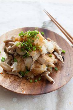 鶏肉ときのこのおろしポン酢 by tomoko / ヘルシーな鶏むね肉ときのこを、大根おろしとポン酢でさっぱりといただきます。きのこは2〜3種類、お好みのもので作ってみてくださいね! / Nadia High Protein Recipes, Healthy Recipes, Asian Recipes, Ethnic Recipes, Food Menu, How To Cook Chicken, No Cook Meals, Meal Planning, Side Dishes