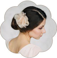 Blüten in Pastelltönen aus feinster Seiden-Organza für Hochzeiten, Standesamt, Trauzeuginnen. Apricot Pastell.