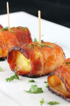 Sriracha Honey Glazed Bacon Wrapped Pineapple is a winning appetizer! Bacon is wrapped around pineapple and glazed with a sweet and smokey sriracha-honey sauce in this spectacular small bite. Yummy Appetizers, Appetizers For Party, Appetizer Recipes, Individual Appetizers, Bacon Wrapped Appetizers, Elegant Appetizers, Appetizer Ideas, Tapas, Fingers Food