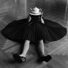 Rodney SMITH :: Rodney SMITH :: Zoe with Teapot on Head Nº 2, Burden Mansion, New York, 2006