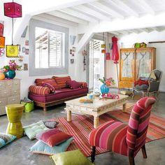 Sala a puro color ☼ Manta o alfombra de aguayo antiguo en el piso. Consulta precios x correo interno ! almainkieta.deco@gmail.com
