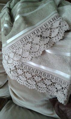 Puntilla para toalla, realizada a mano por C. Pazos, en hilo macrame.