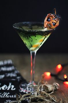 For a Halloween cocktail that is equal parts delicious and devilish, serve a caramel apple martini garnished with a tiny shrunken head carved from a mini apple. Halloween Cocktails, Halloween Dinner, Halloween Food For Party, Halloween Treats, Creepy Halloween Decorations, Spooky Food, Caramel Apple Martini, Caramel Apples, Apple Martinis
