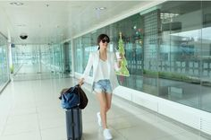 Have a look at majority of these travel clothes to feature to your current travel style outfits! Celebrity Nails, Celebrity Stars, Celebrity Outfits, Holiday Fashion, Star Fashion, Holiday Style, Celebrity Airport Style, Fall Travel Outfit, Celebrity Style Inspiration
