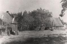 Kasteel Bleijenbeek, In 1882 werd de molen van het kasteel Bleijenbeek door brand verwoest. Deze foto uit 1928 toont de Meulenberg waar de molen destijds stond. In het huis links woonde de familie Brouwers, in het midden boswachter Kersjens en rechts de familie Nas. Momenteel (1988) staat hier het huis van Tinus Laarakker (boswachter).
