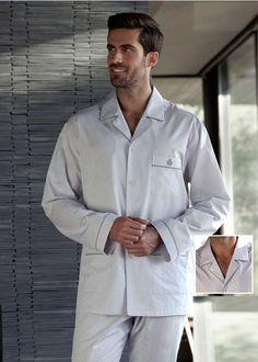 PIJAMA HOMBRE de manga larga, combinando dibujitos corbateros sobre fondo en gris claro. Estilo clásico, corte tipo camisa con botones. Envío 24/48h.