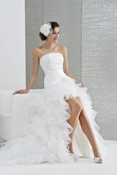 Robe de mariée pétillante et dynamique. Elle est pleine de malice avec sa  jupe d