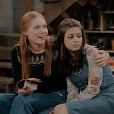 show Omg one of the most iconic friendships, donna and jackie. its like a love hate relationship with them and thats what makes it so 70s Aesthetic, Aesthetic Photo, Donna That 70s Show, Donna And Eric, Donna Pinciotti, Thats 70 Show, 70s Outfits, Laura Prepon, Iconic Movies