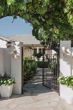 שער הכניסה ( צילום: גלעד רדט ) Garden Floor, Garden Path, House Makeovers, Home Salon, Wrought Iron Gates, House Entrance, Model Homes, House Front, Cozy House