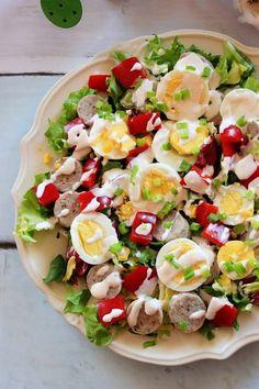 Wielkanocna sałatka z białą kiełbasą.