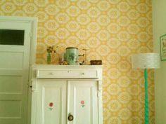 my livingroom #retroloekie http://www.juffrouwzonderzorgen.nl/Behang-Room-Seven--Dentelle-Yellow-p-31284.html
