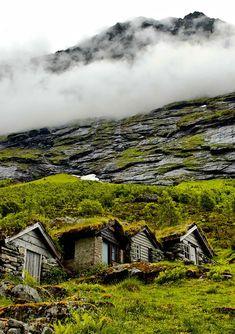 Quando pensamos na Noruega, é comum vir à cabeça fiordes e pessoas loiras, mas a arquitetura do país em meio à paisagens deslumbrantes também lembra contos de fadas. Igrejas erguidasdurante a Idade Média ao lado decachoeiras fantasmagóricas fazem parecer que...