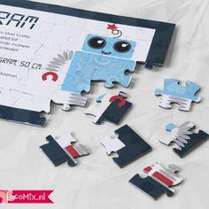 Origineel geboortekaartje: de Puzzel! Laat je familie en vrienden puzzelend achter de naam van jullie kindje komen! Wil je meer weten over dit geboortekaartje? http://www.originelegeboortekaartjes.nu/geboortekaartjes/geboortekaartjes-puzzel/ #geboortekaartje #inspiratie #jongen #robot #puzzel