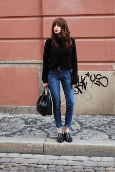 Esse é o tipo de item companheiro que não te decepciona. O jeans azul escuro é  sem dúvida a peça mais coringa do closet e as fashionistas sabem muito bem disso, pois criam produções inspiradoras, seja mais casuais ou sofisticadas. Além disso, ele sempre dá aquele ar mais moderno para o visual.