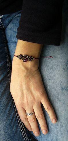 Süßes geknüpftes **Armband** mit eingearbeiteten Glasschliffperlen und Toho-Rocailles.  Es ist größenverstellbar und lässt sich somit individuell anpassen.  Hergestellt S-Lon Bead Cord