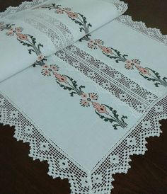 Crochet Table Runner, Table Runner Pattern, Cross Stitch Borders, Cross Stitch Rose, Crochet Lace, Table Runners, Bohemian Rug, Diy And Crafts, Quilts