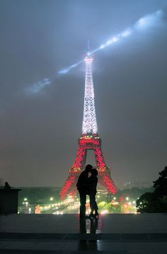 We have a picture just like this that sits on our mantle of me and Jules standing in the same spot.  Love the Eiffel Tower!
