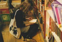 من که عاشق پلکیدن تو قفسه های کتاب هستم
