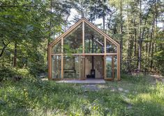 Designed by Woonpioniers, Indigo is a collection of customized prefab cabins. Indigo Lia is a tiny house for sculptor Lia Harmsen. Prefabricated Cabins, Prefab Homes, Modular Homes, Wood Siding, Exterior Siding, Wood Paneling, Wall Exterior, Exterior Paint Colors, Paint Colors For Home