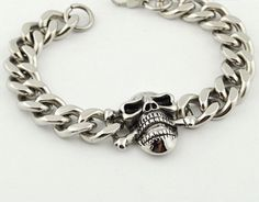 This awesome stainless steel skull bracelet is really cool! weighs 70g aprox and a length of 22cm aprox. Its one of our favorite skull designs, this gorgeous high quality biker chain has an amazing de