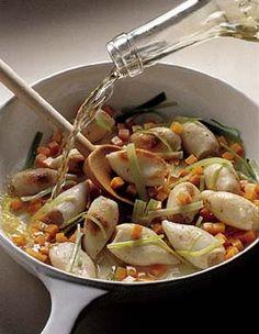 Recette blanquette de calamars : Nettoyez les légumes. Coupez les carottes en petits dés et le vert de poireau en bandes de 5 cm de long. Pelez et émincez les échalotes et l'ail.Dans une casserole, faites revenir à l'huile les langoustines. Ajoutez le poireau, l'ail et 50 cl d'eau. Laissez cu...