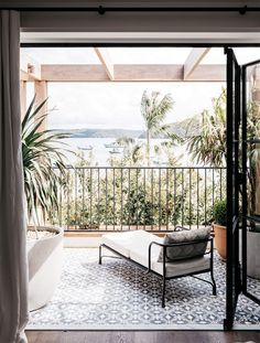 Palm Beach House project by Australian design practice Alexander&Co is the transformation of an existing waterfront holiday villa in Palm Beach, Sydney. Outdoor Spaces, Indoor Outdoor, Outdoor Living, Outdoor Decor, Outdoor Tiles, Outdoor Lounge, Palm Beach Sydney, Br House, Villa