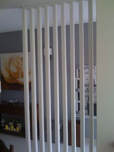 Silvia Home Decor: Uma Divisória Decorativa na minha casa! Timber Screens, Timber Slats, Wooden Partitions, Space Dividers, Salon Furniture, Kitchen Storage, Storage Organization, Home And Garden, Home Appliances