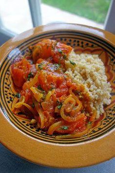 Curry de tomates (1 kg de tomates pelées, 6 c à s d'huile d'olive, 5 gousses d'ail, 5 cm de gingembre, 1 oignon, 1 piment rouge, ½ c à c de paprika doux, 1 c à c de curcuma, 1 c à c de cumin, 1 c à c coriandre, 1 c à c de purée de tomate, 15 cl d'eau bouillante, 1 c à c de sel, 1 c à c de graines de moutarde noires, 1 poignée de coriandre)