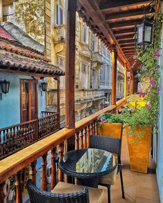 Balcones de ensueño 😍. - 📍Comenta y taggea a 3 amigos 📩. × × × ×  Fot Going On A Trip, Cool Pictures, To Go, Places To Visit, Construction, Cabin, Explore, House Styles, City