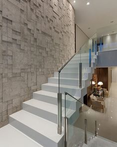 Podesttreppe weiß Hochglanz Geländer Glas Stahl Wandverkleidung 3D Steinoptik #modern #stairs