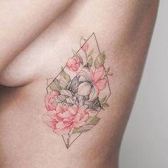 Оцениваем татуировки возле девичьей груди