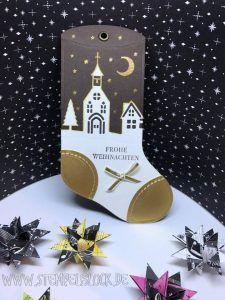 Die Thinlits Geschmückte Stiefel kann man auch wunderbar als Geschenkanhänger verwenden. In Kombination mit den tollen Edgelits Formen Winterstädtchen aus dem neuen Stampin´UP! Katalog, werden damit ganz schnelle, aber wirklich hübsche Anhänger für Eure Geschenke zu Weihnachten!