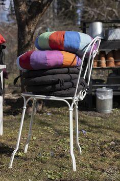 Oravankesäpesä: KEVÄTPUUHIA SIIRTOLAPUUTARHASSA. Outdoor Chairs, Outdoor Furniture, Outdoor Decor, Home Decor, Homemade Home Decor, Garden Chairs, Decoration Home, Lawn Chairs, Yard Furniture