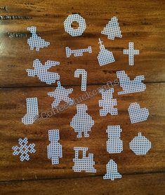 Este listado está para un conjunto de 20 mini recortes de Navidad de lona plástica. Estas se cortan de tela de malla de 7. Es de toda la gama alrededor de 1-1.5 H Incluye: Santa, medias, trineo, tambor, corazón, árbol, muñeco de nieve, copo de nieve, ornamento, oso de peluche, bell, Ángel ganso, tren, soldado de juguete, iglesia, Cruz, bastón de caramelo, guirnalda y cuerno. Disponible en claro o blanco.
