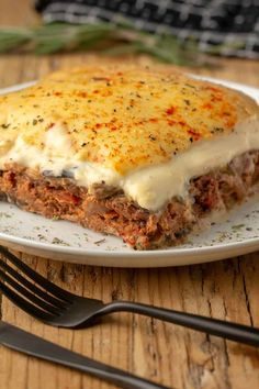 This vegan moussaka is deliciously layered with baked eggplant, homemade vegan mince and a creamy vegan bechamel sauce. Vegan Dinner Recipes, Delicious Vegan Recipes, Vegetarian Recipes, Cooking Recipes, Raw Recipes, Healthy Recipes, Vegan Moussaka, Moussaka Recipe, Kitchens