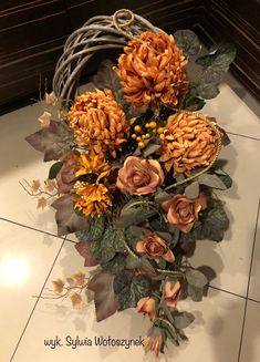 Kompozycha funeralna 2018r. wyk. Sylwia Wołoszynek Grave Flowers, Funeral Flowers, Diy Flowers, Fall Lanterns, Lanterns Decor, Funeral Arrangements, Flower Arrangements, Grave Decorations, Autumn Wreaths