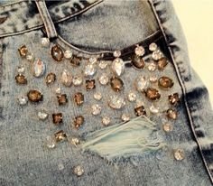 Imagem de http://www.muitochique.com/wp-content/uploads/2014/06/short-jeans-bordado-pedrarias_iZ4XvZxXpZ2XfZ131979367-8142562210-2.jpgXsZ131979367xIM.jpg.