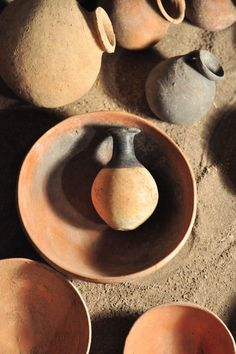 overflowing oil clay pots, story in bible - Bing images Ancient Egypt Crafts, Old Pottery, Call Art, Ancient Civilizations, Clay Pots, Ancient History, Archaeology, Dog Bowls, Arts And Crafts