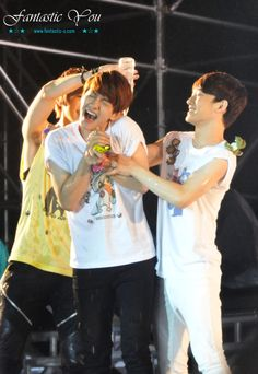 EXOWorldTH : [PIC] 121123 CHANYEOL BAEKHYUN CHEN @ SMT in Singapore (Cr: Fastastic You) ~ Beagle line in action...