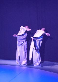 Re-Play – »The Swan«: In einem Raum befinden sich fünf Frauen. Ihre Bewegungen und Handgriffe sind selbstverständlich und sicher, ohne einen Hauch irritierenden Zögerns – Rituale außerhalb unserer Zeit. Sie wirken wie Gesamtkunstwerke voller Schönheit und Eleganz, mehr Maschinen als menschliche Wesen, die uns unterhalten und ein Wohlgefühl verbreiten.  © Klaus Fröhlich