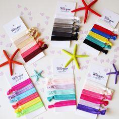 Os acordáis de unas bolsas con un montón de colores que os enseñe? Son pulseras coletero y ya están terminadas y disponibles en la web.. Las puedes llevar todas juntas o sueltas, no aprietan nada en la muñeca y son en realidad coleteros que no cortan en pelo. En packs de 6 unidades y con esas opciones a elegir. Podéis verlas todas en www.piratamorgan.com #piratamorgan #pulserascoleteros Elastic Headbands, Gift Wrapping, Gifts, Accessories, Hair Bows, Handmade, Bangle Bracelets, Bags, Colors