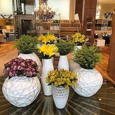 Hello.. Cores vivas em vasos lindos.. AMO #florecor #flowers #flores #dehoje #decor #composicao #vasoslindos #amareloerosa #moderno #instaflower #instadecor #corporativo #cores #lirios #alstromelias #tango #tabledecor #tablescape #alturas #flowerlovers #artefloral #arranjos #arranjosflorais #assinaturafloral